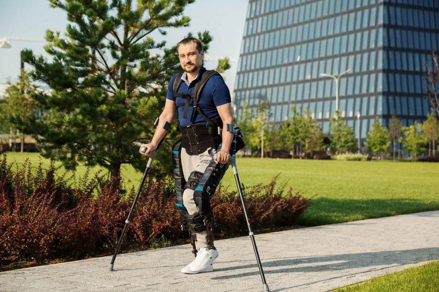Экзоскелет на инвалиде