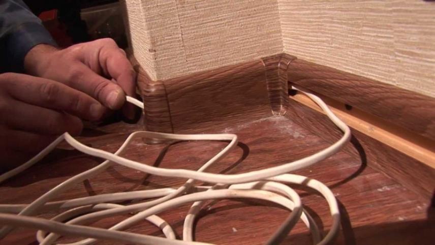 Укладка проводки в плинтус