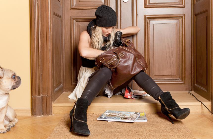 Девушка ищет ключи