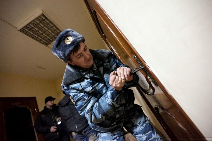 Полиция открывает дверь
